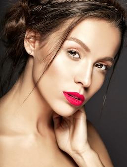 Modelo feminino com maquiagem diária fresca com lábios vermelhos