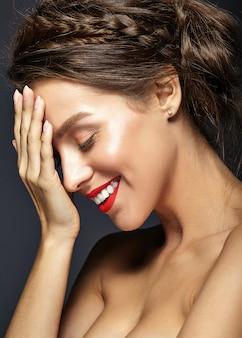 Modelo feminino com maquiagem diária fresca