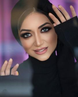 Modelo feminino com maquiagem