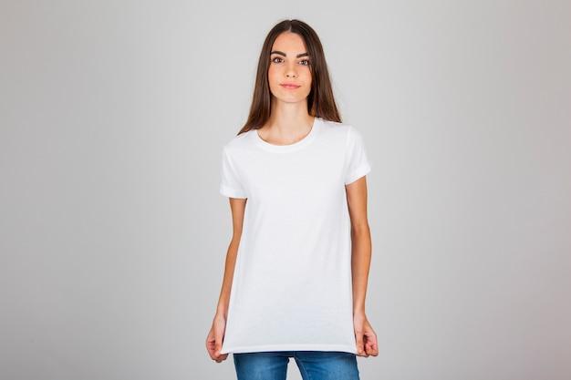 Modelo feminino com t-shirt e jeans