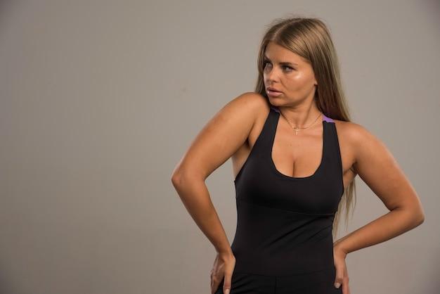 Modelo feminino de sutiã esporte parece cansado.