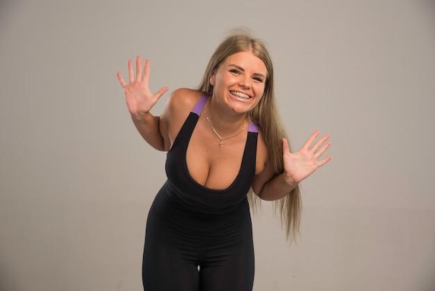 Modelo feminino de sutiã esportivo parece positivo.