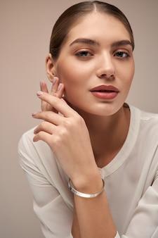 Modelo feminino demonstrando pulseira de prata