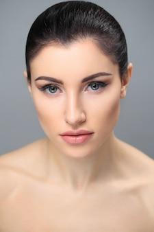 Modelo feminino em comercial de pele pura