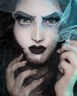 Modelo feminino em maquiagem de estilo vampiro