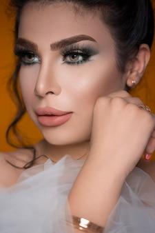 Modelo feminino em maquiagem de festa smokey