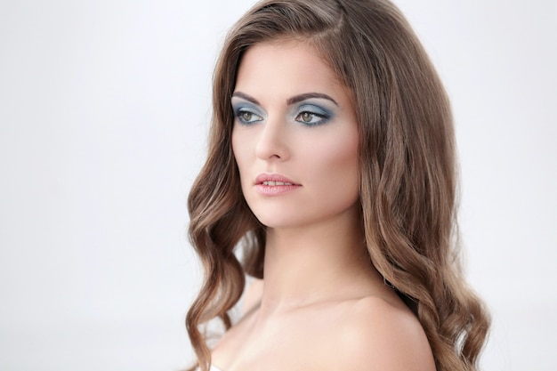 Modelo feminino em maquiagem de luz natural