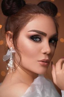 Modelo feminino em maquiagem de olhos esfumaçados