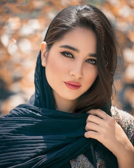 Modelo feminino em preto oriental hijab
