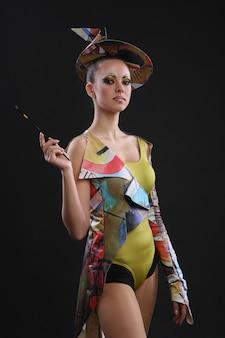 Modelo feminino em vestido futurista