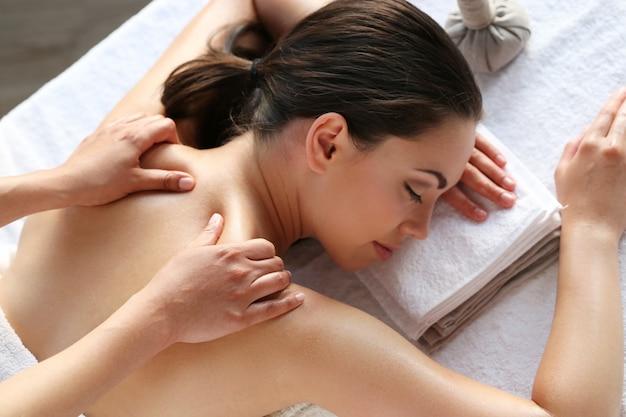 Modelo feminino fazendo massagem no spa