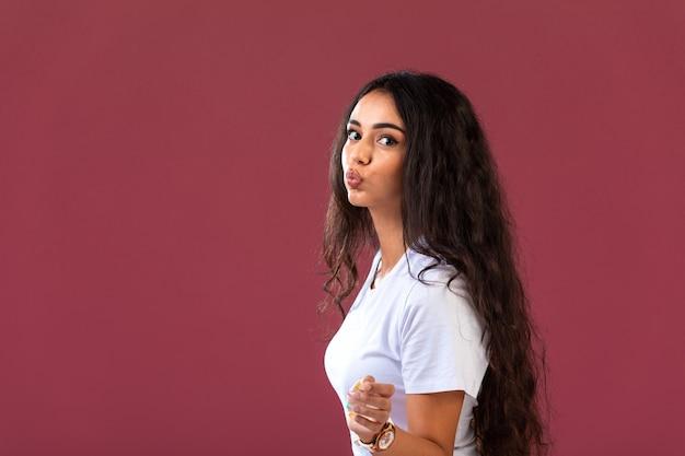 Modelo feminino fundido em comercial de cosméticos outono-inverno, vista de perfil