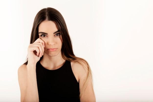 Modelo feminino jovem chorando