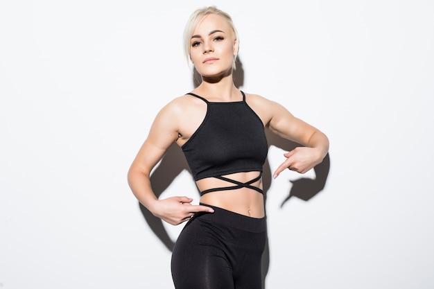 Modelo feminino lindo em forma de roupa preta posando sobre branco