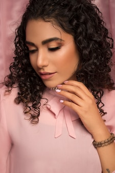 Modelo feminino na camisa casual rosa e maquiagem leve