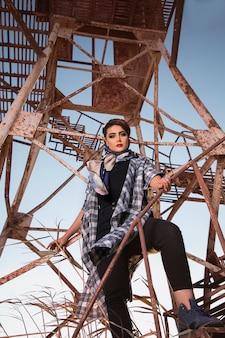 Modelo feminino posando na zona de construção