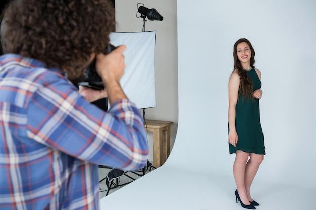 Modelo feminino posando para um ensaio fotográfico