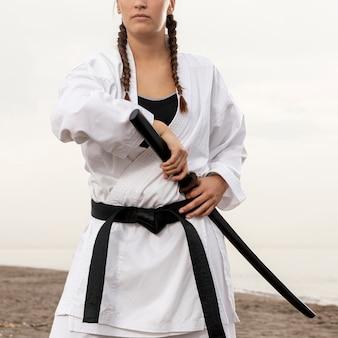 Modelo feminino praticando arte marcial
