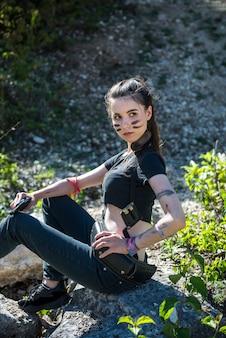 Modelo feminino sexy usa pano curto com arma no verão ao ar livre, conceito do exército