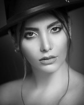 Modelo feminino usando chapéu elegante