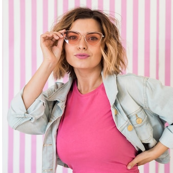 Modelo feminino usando óculos cor de rosa
