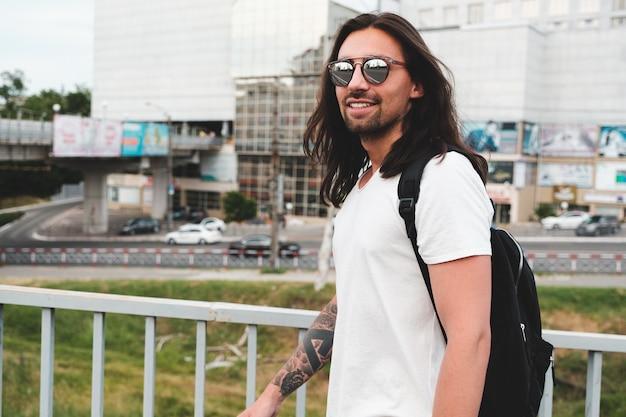 Modelo hipster com cabelo comprido