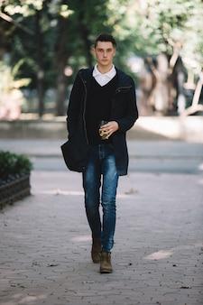 Modelo hipster elegante