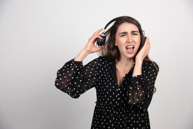 Modelo jovem ouvindo música em fones de ouvido