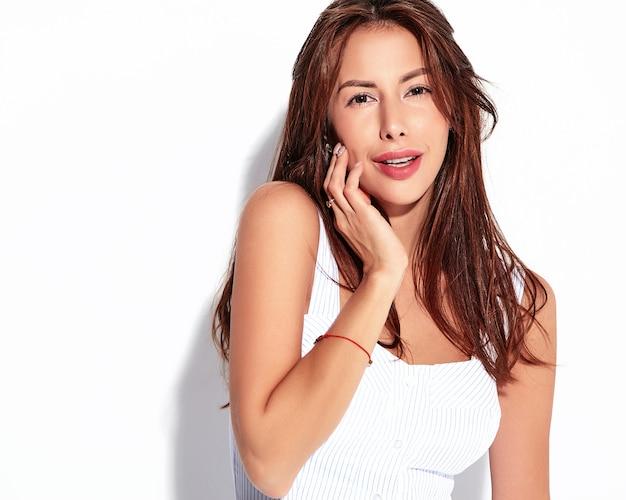 Modelo linda mulher morena bonita retrato com vestido casual de verão sem maquiagem isolado no branco
