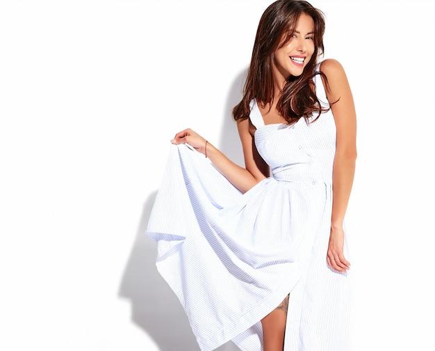 Modelo linda mulher morena bonita retrato no verão casual vestido sem maquiagem isolado no branco