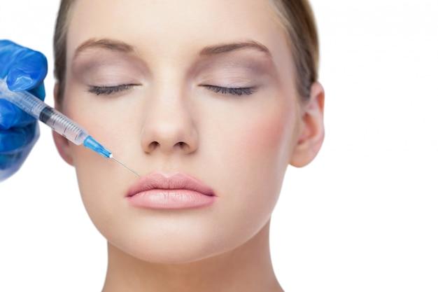 Modelo lindo e relaxado com injeção de botox acima dos lábios