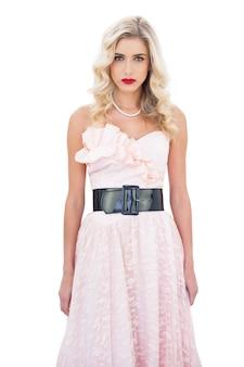 Modelo loiro com um vestido rosa vestido