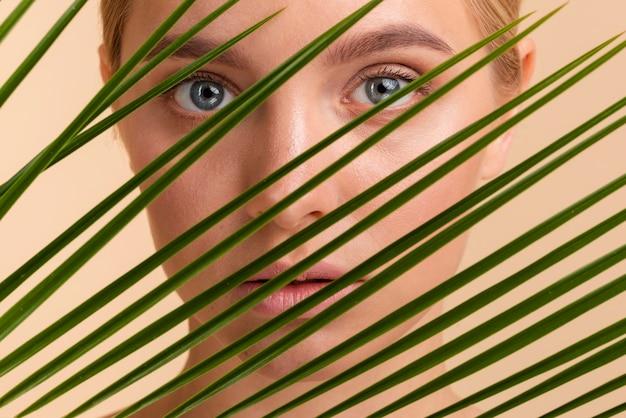 Modelo loiro de close-up com olhos azuis