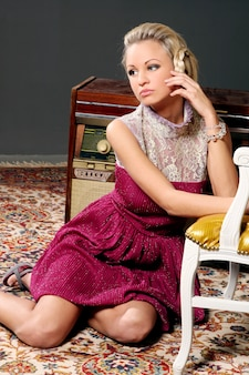 Modelo loiro de vestido rosa com detalhes em tule