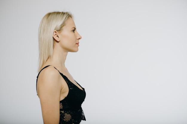 Modelo loiro em lingerie preta isolado no branco