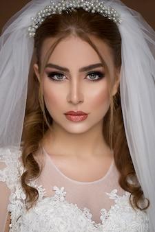 Modelo loiro em vestido de noiva e maquiagem de noiva