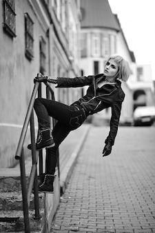 Modelo loiro no estilo adolescente na peruca ao ar livre na rua