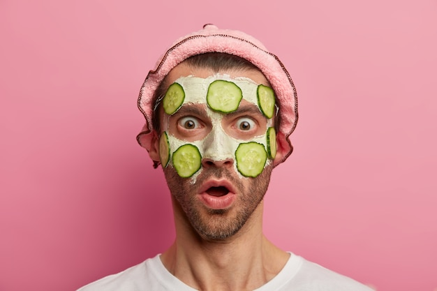 Modelo masculino chocado a olhar fixamente com olhos e boca arregalados