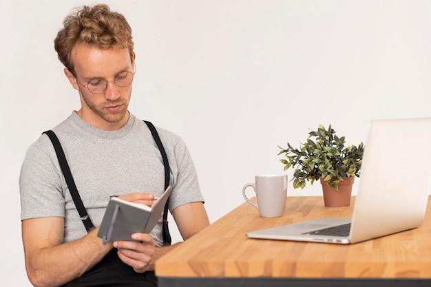 Modelo masculino com cabelo encaracolado escreve