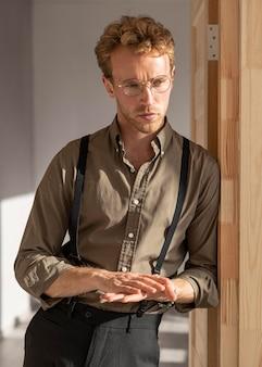 Modelo masculino com cabelo encaracolado esfregando as mãos