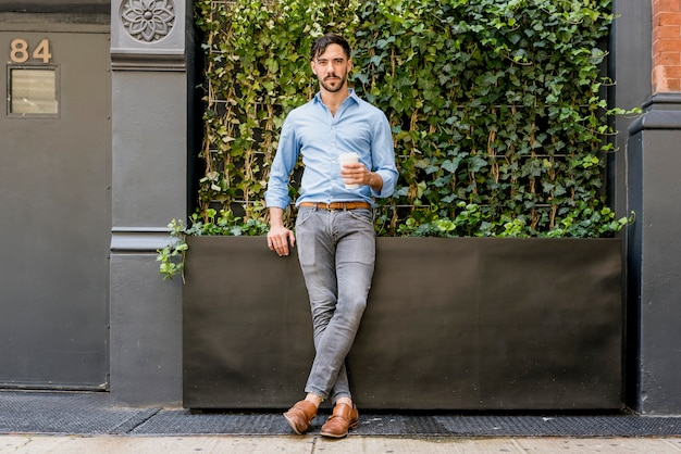 Modelo masculino elegante, bebendo café