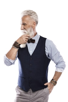Modelo masculino envelhecido elegante e bonito posando