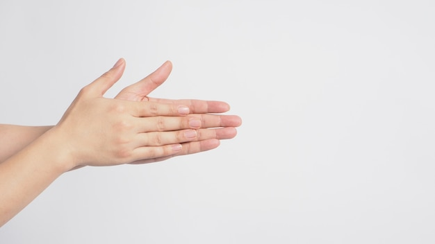 Modelo masculino está esfregando plams de mão no fundo branco.