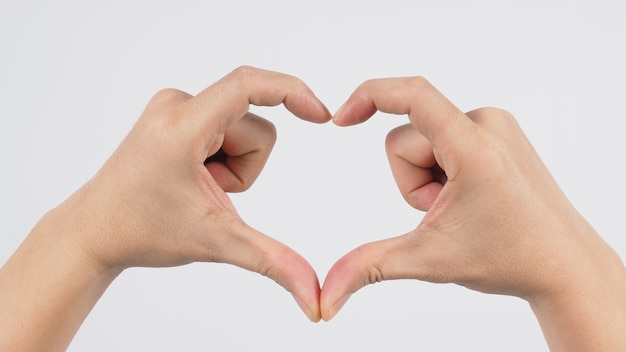 Modelo masculino está fazendo sinal de mão de amor ou coração.