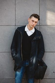 Modelo masculino moda hipster posando ao ar livre