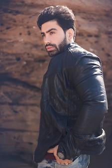 Modelo masculino na jaqueta de couro na moda