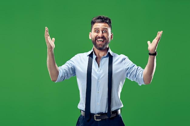 Modelo masculino na parede verde do estúdio