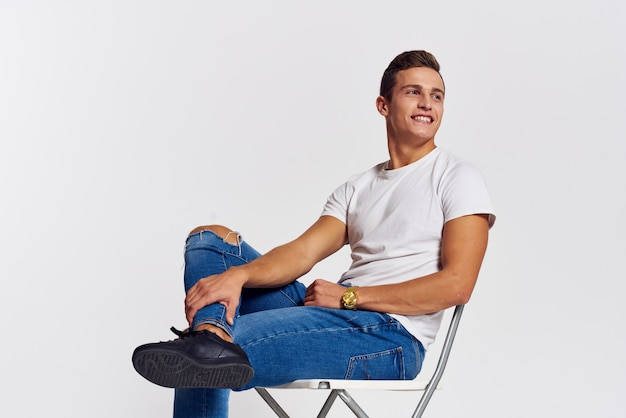 Modelo masculino, posando de jeans e uma camiseta branca