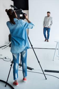 Modelo masculino posando para uma sessão de fotos