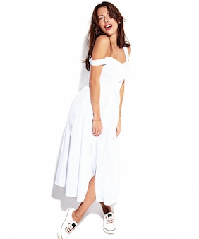 Modelo morena bonita mulher retrato bonita no vestido casual de verão sem maquiagem isolada no branco. comprimento total